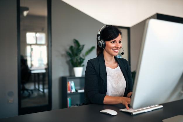 Ritratto di un lavoratore bella call center.