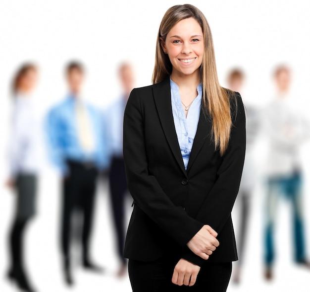 Ritratto di un manager femminile di fronte alla sua squadra