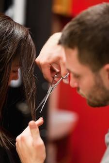Ritratto di un maschio parrucchiere taglio dei capelli