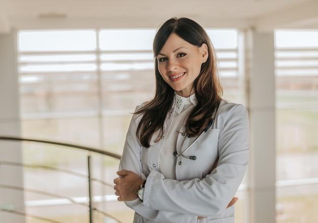 Ritratto di un medico giovane bella donna in un camice bianco.