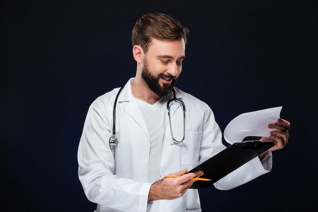 Ritratto di un medico maschio allegro