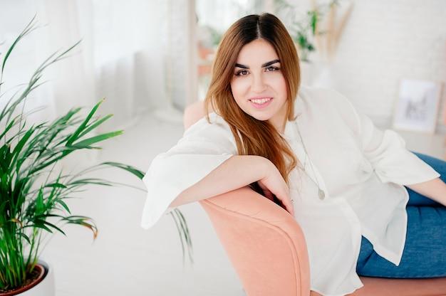 Ritratto di un modello happy plus size in jeans e maglietta bianca, stile di vita. giovane donna in sovrappeso. corpo positivo. il concetto di una bellezza. moda xxxl
