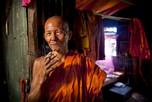 Ritratto di un monaco in un monastero
