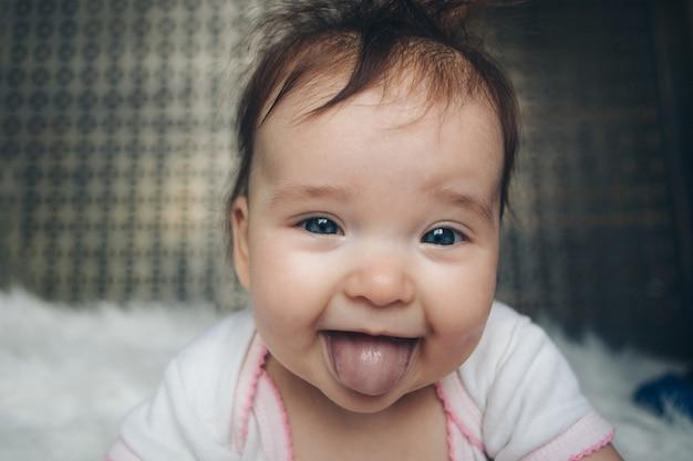 Ritratto di un neonato con la lingua di fuori