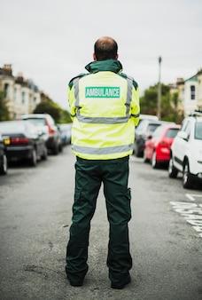Ritratto di un paramedico maschio in uniforme