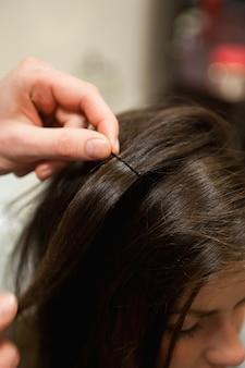 Ritratto di un parrucchiere che mette una forcina
