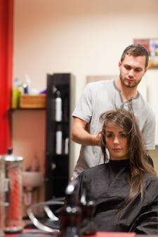 Ritratto di un parrucchiere che soffia i capelli