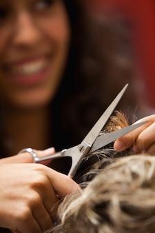 Ritratto di un parrucchiere taglio dei capelli