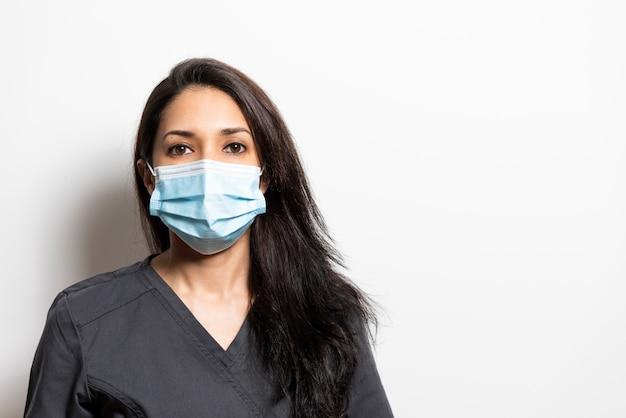 Ritratto di un professionista della salute che indossa una maschera. dentista, medico, infermiere, assistente.