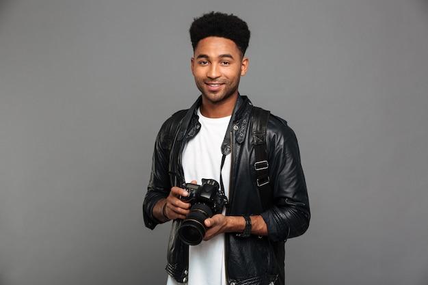 Ritratto di un ragazzo afroamericano felice in giacca di pelle