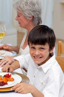 Ritratto di un ragazzo cenando con la sua famiglia