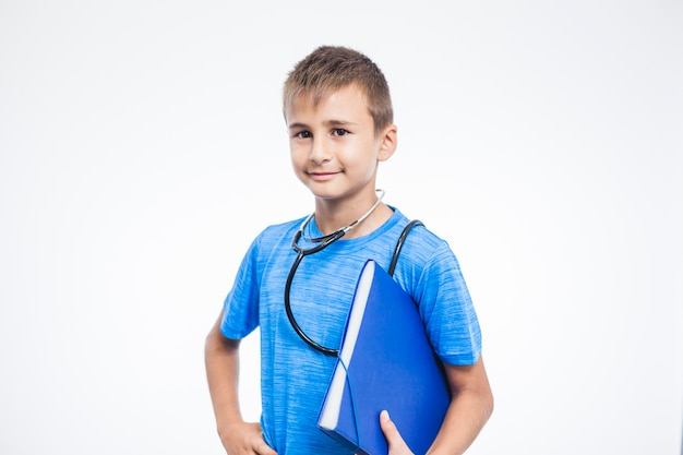 Ritratto di un ragazzo con cartella in piedi contro sfondo bianco
