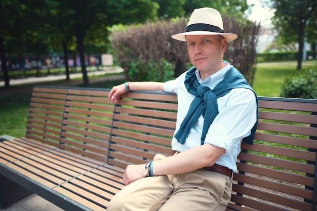 Ritratto di un ragazzo seduto su una panchina del parco ritratto di un ragazzo seduto su una panchina del parco