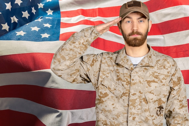 Ritratto di un soldato maschio che saluta