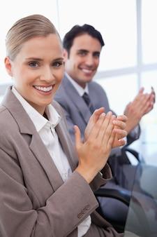 Ritratto di un sorridente business team applaudire