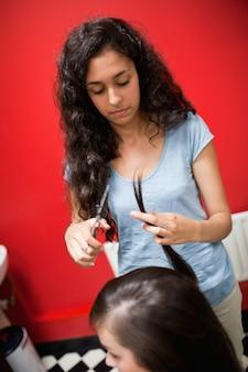Ritratto di un taglio di capelli femminile giovane parrucchiere