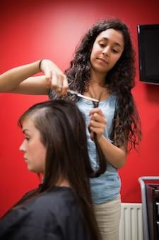 Ritratto di un taglio di capelli parrucchiere studente