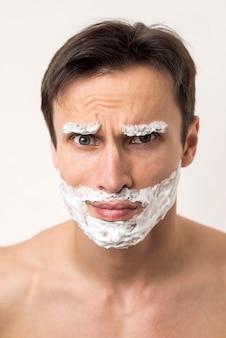 Ritratto di un uomo accigliato sulla fronte