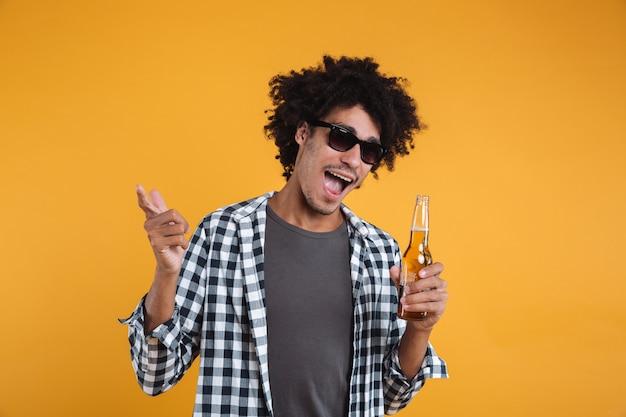 Ritratto di un uomo africano felice allegro in occhiali da sole