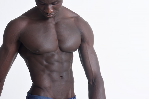 Ritratto di un uomo africano muscolare su bianco