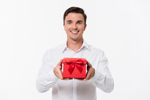 Ritratto di un uomo allegro felice in camicia bianca