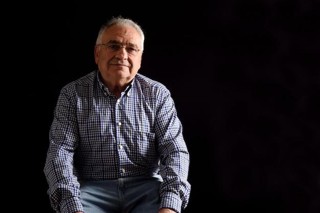 Ritratto di un uomo anziano con sfondo nero