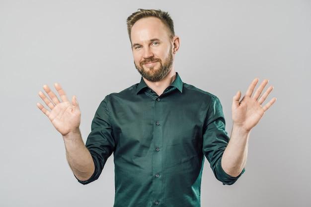 Ritratto di un uomo barbuto che mostra gesto con le sue palme