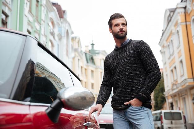 Ritratto di un uomo barbuto fiducioso in maglione