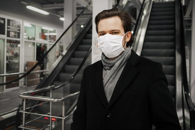 Ritratto di un uomo bianco caucasico in una mascherina medica per la protezione contro il coronavirus 2019-ncov