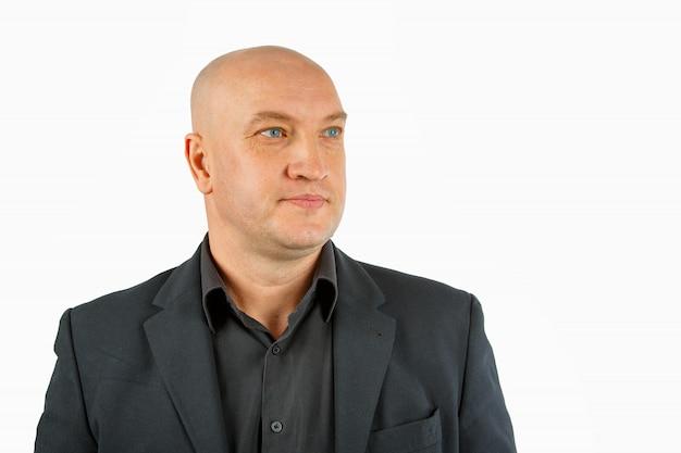 Ritratto di un uomo calvo in una camicia nera e giacca su un bianco, uomo d'affari
