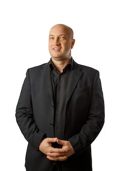 Ritratto di un uomo calvo in una camicia nera e giacca, uomo d'affari