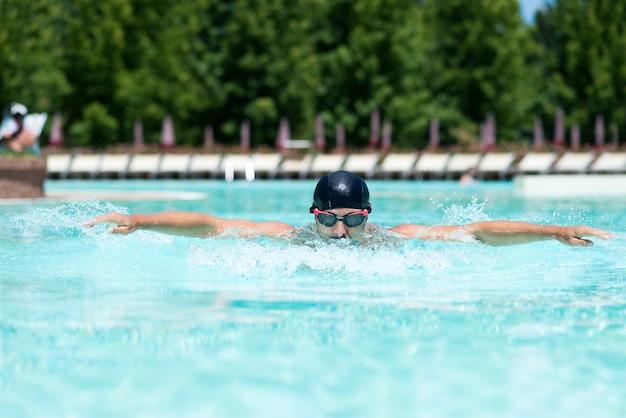 Ritratto di un uomo che nuota in una piscina