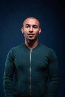 Ritratto di un uomo che sorride in giacca verde
