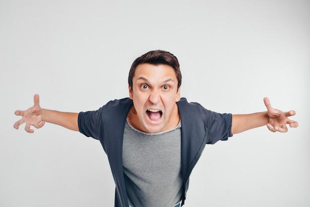 Ritratto di un uomo che urla. isolato su sfondo bianco