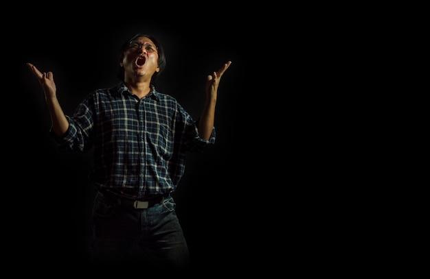 Ritratto di un uomo che urla per la vittoria