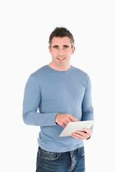 Ritratto di un uomo con un tablet pc