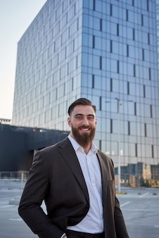 Ritratto di un uomo d'affari di fronte a edifici aziendali