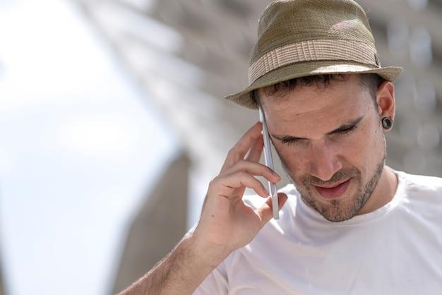 Ritratto di un uomo d'affari felice che cammina all'aperto con pho mobile