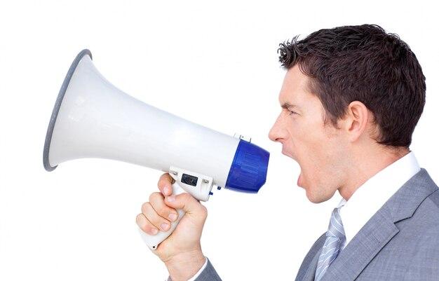 Ritratto di un uomo d'affari fiducioso usando un megafono