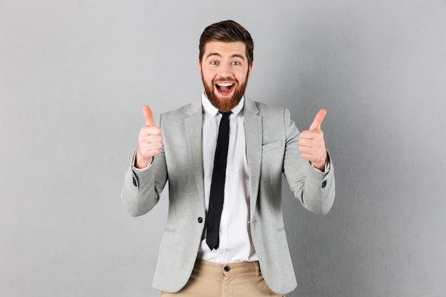 Ritratto di un uomo d'affari gioioso vestito in tuta