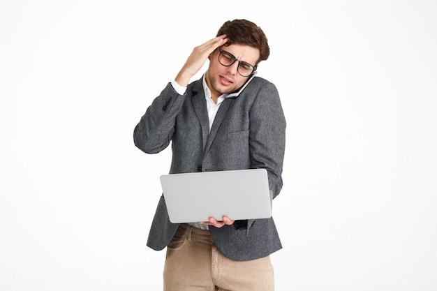 Ritratto di un uomo d'affari perplesso in occhiali