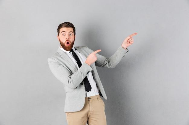 Ritratto di un uomo d'affari scioccato vestito in tuta