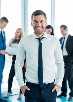 Ritratto di un uomo d'affari sorridente che guarda l'obbiettivo