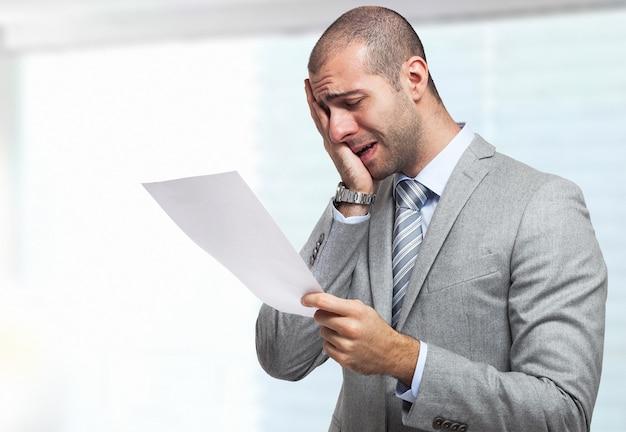 Ritratto di un uomo d'affari stressato leggendo un documento