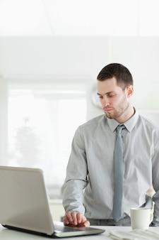 Ritratto di un uomo d'affari utilizzando un computer portatile