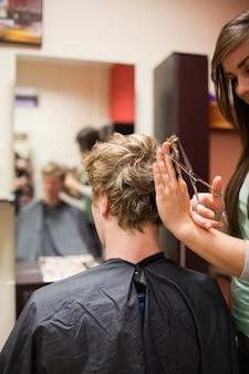 Ritratto di un uomo dai capelli biondi con un taglio di capelli