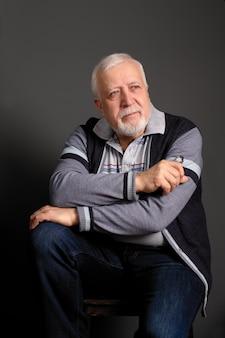 Ritratto di un uomo dai capelli grigi su grigio