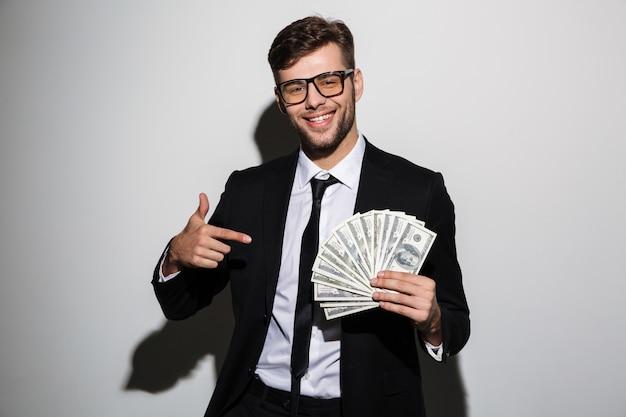 Ritratto di un uomo di successo sorridente in tuta e occhiali