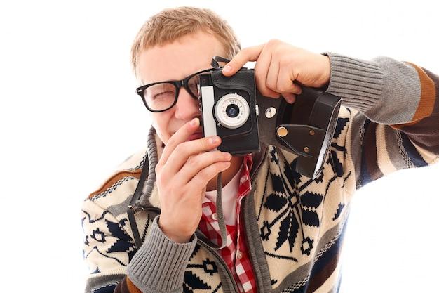Ritratto di un uomo fotografo con fotocamera retrò