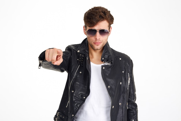 Ritratto di un uomo in giacca di pelle e occhiali da sole